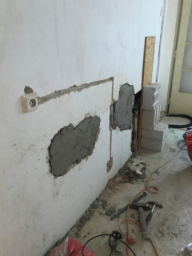 izba-diery-v-stene-elektrina