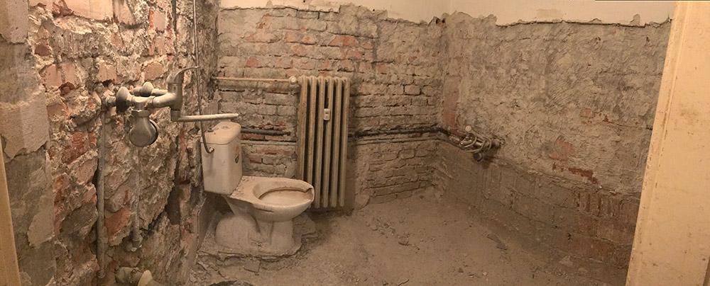 Takto vyzerala skoro kompletne vybúraná kúpeľňa